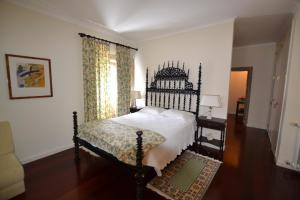A bed or beds in a room at Quinta do Sourinho