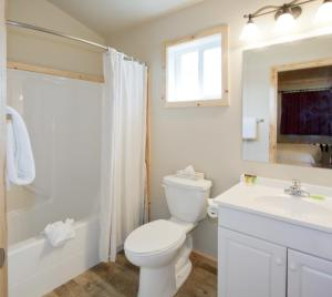 A bathroom at Jasper East Cabins