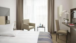 A bed or beds in a room at IntercityHotel Bonn
