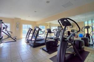 The fitness center and/or fitness facilities at Corporate Stays 50 Laurier Splendid Apartments