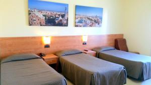A bed or beds in a room at Hostal Capitol Ramblas