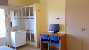 A television and/or entertainment center at Hostal Capitol Ramblas