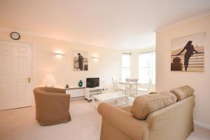 A seating area at Town or Country - Osborne House Apartments