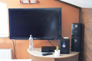 A television and/or entertainment center at Hostelis Ķipītis
