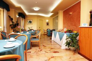 Restaurant ou autre lieu de restauration dans l'établissement Hotel Iside