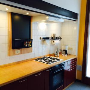A kitchen or kitchenette at Venice Easy Stay