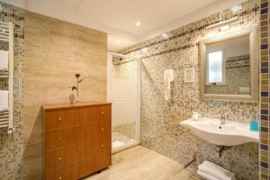 A bathroom at Aurelius Art Gallery Hotel