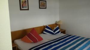 Ein Bett oder Betten in einem Zimmer der Unterkunft Schloss-gut-Hotel Jößnitz