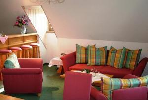 Ein Sitzbereich in der Unterkunft Schloss-gut-Hotel Jößnitz