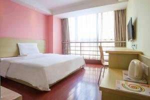 A bed or beds in a room at 7Days Inn Shigatse Jilin Road