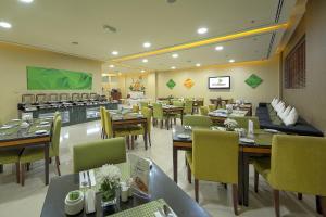 Al Khoory Hotel Apartments Al Barsha tesisinde bir restoran veya yemek mekanı