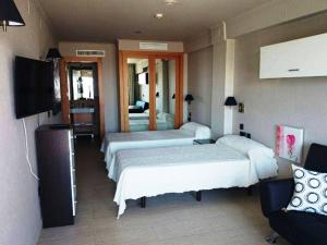 Cama o camas de una habitación en Hostal Playa Mazagon (El Remo)