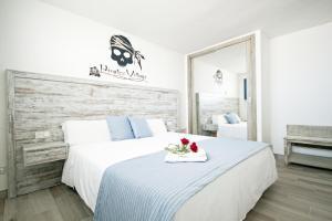 Łóżko lub łóżka w pokoju w obiekcie Pirates Village