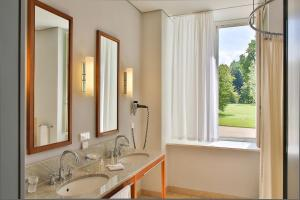A bathroom at Hotel Schloss Neuhardenberg