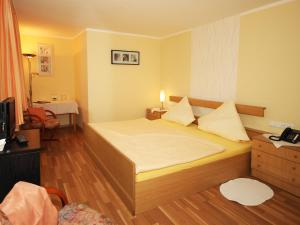 A bed or beds in a room at Landhotel Weinrich