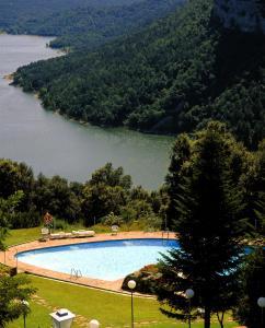 Het zwembad bij of vlak bij Parador de Vic-Sau