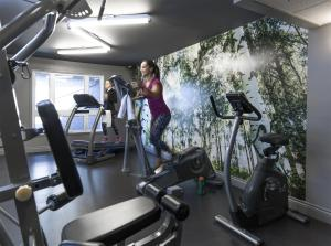 The fitness center and/or fitness facilities at Hôtel Cofortel