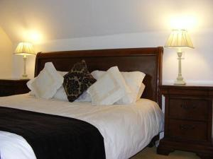 A bed or beds in a room at Lanesville B&B