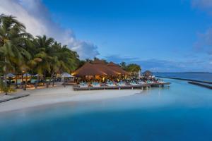 Het zwembad bij of vlak bij Kurumba Maldives