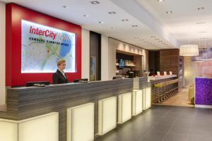 The lobby or reception area at IntercityHotel Hamburg Dammtor-Messe