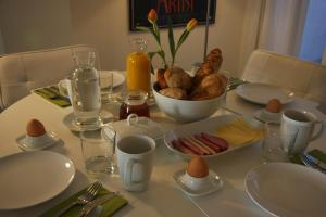 Breakfast options available to guests at B&B Keizers Canal