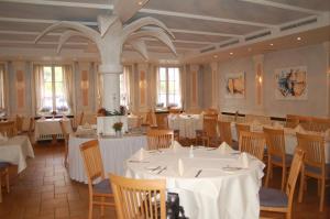 Ein Restaurant oder anderes Speiselokal in der Unterkunft Schlosshotel Ingelfingen