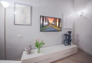 Una televisión o centro de entretenimiento en Apartments Florence Parione
