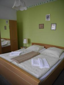 A bed or beds in a room at Hotel zur Sonne
