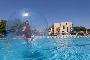 Der Swimmingpool an oder in der Nähe von Grand Hotel Primus - Terme Ptuj - Sava Hotels & Resorts