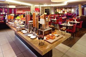 Ein Restaurant oder anderes Speiselokal in der Unterkunft Mövenpick Hotel & Casino Geneva