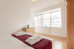 A bed or beds in a room at Roomspace Serviced Apartments - Groveland Court