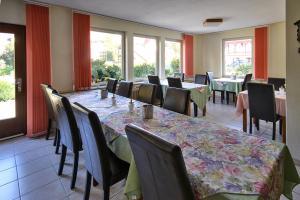 Ein Restaurant oder anderes Speiselokal in der Unterkunft Haus Erika