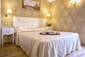 A bed or beds in a room at Residenza Goldoni