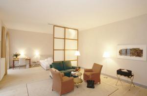 A seating area at Hotel Schloss Neuhardenberg