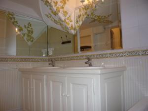 Salle de bains dans l'établissement Auberge de Correns