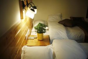 En eller flere senge i et værelse på Wulingyuantuniu Youth Hostel