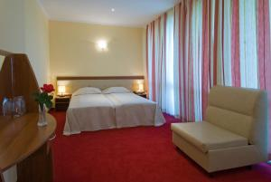 A bed or beds in a room at Perla Sun Park Hotel
