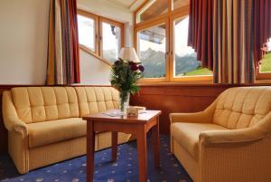 Ein Sitzbereich in der Unterkunft Hotel Panorama