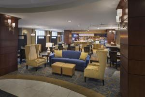 The lounge or bar area at Courtyard Saratoga Springs