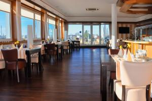 Ein Restaurant oder anderes Speiselokal in der Unterkunft Stadt-gut-Hotel Westfalia