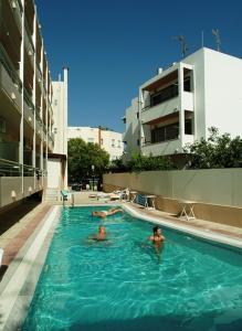Het zwembad bij of vlak bij Theonia Hotel