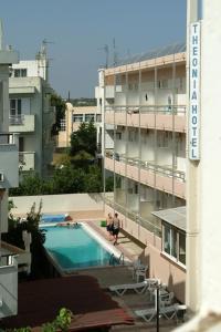 Uitzicht op het zwembad bij Theonia Hotel of in de buurt