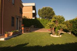 A garden outside Miriam un Arcobaleno