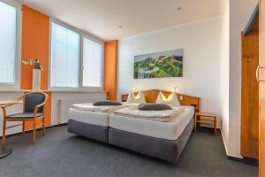 A bed or beds in a room at Hotel Weitblick Bielefeld
