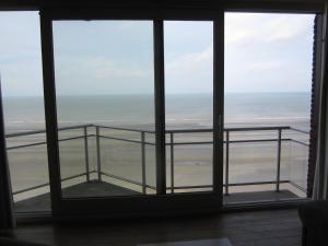 Een balkon of terras bij Appartement aan Zeedijk Nieuwpoort