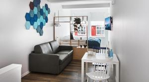 A seating area at Island Apartments