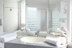 A bathroom at ABACUS Tierpark Hotel