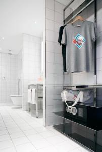 A bathroom at Mama Shelter Bordeaux Centre