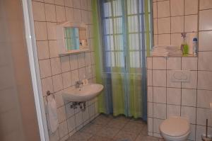 A bathroom at Guesthouse Schloß-Cafe