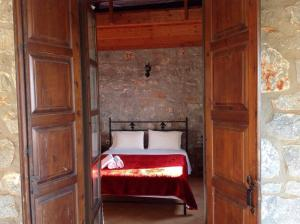 Ένα ή περισσότερα κρεβάτια σε δωμάτιο στο Las - Giannakakoy Traditional Stone Houses